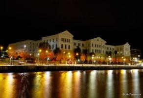 Reflejos y luces de Universidad en la ría del Nervión